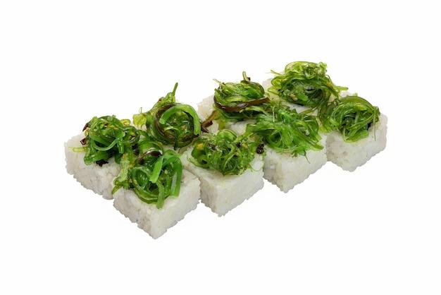 Rouleaux aux légumes de la mer et décorations aux algues chuka un plat traditionnel japonais