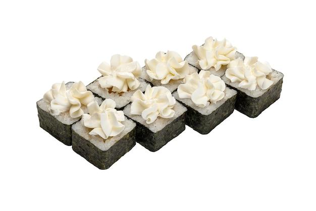 Rouleaux aux légumes de poisson au nori décoré de crème blanche un plat traditionnel japonais