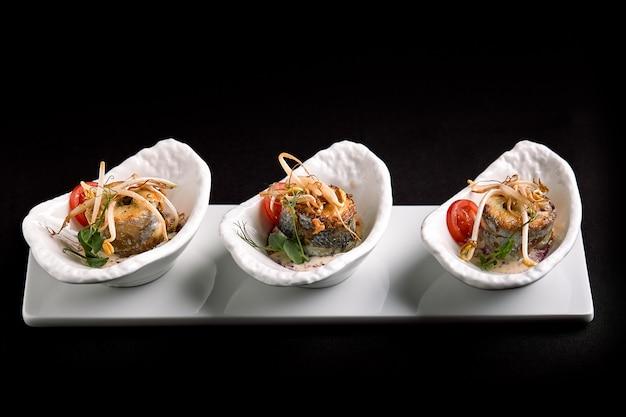 Rouleaux de bar au four farcis aux légumes et sauce aux champignons