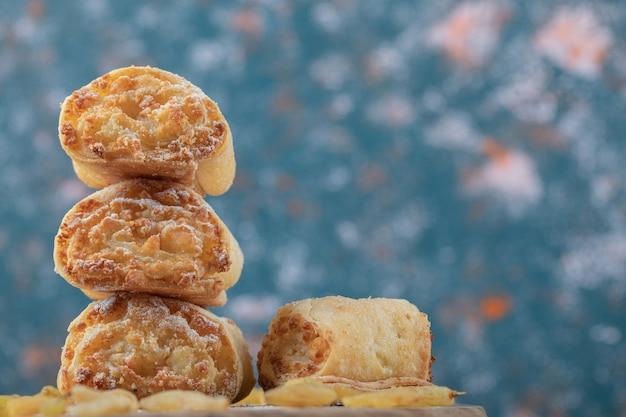Rouleaux de biscuits frits aux raisins secs et farces sucrées.