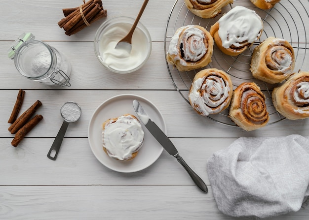 Rouleaux de cannelle à plat avec de la crème