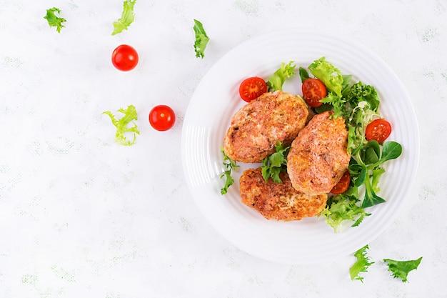 Rouleaux de chou paresseux avec salade fraîche sur fond clair. cuisine russe