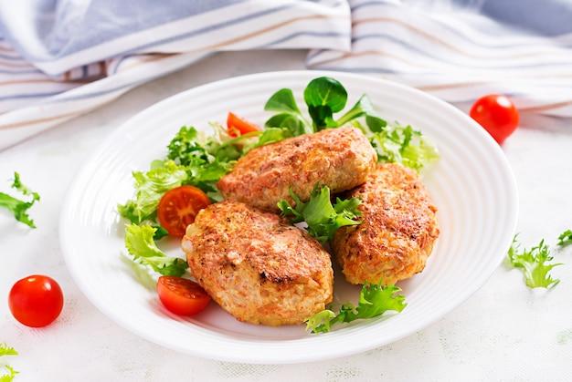 Rouleaux de chou paresseux avec salade fraîche sur une surface claire