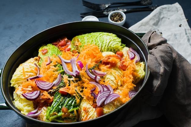 Rouleaux de chou de savoie farcis à la viande et aux légumes.