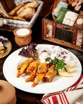 Rouleaux de chou avec tranches de coing, oignon et yogourt