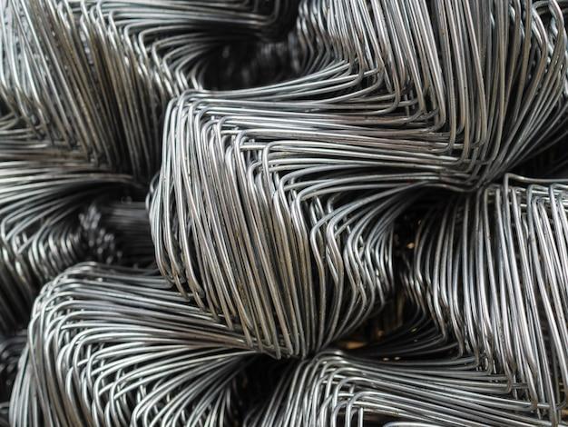 Les rouleaux de clôture sont faits de treillis en acier galvanisé. grandes cellules torsadées sur la clôture