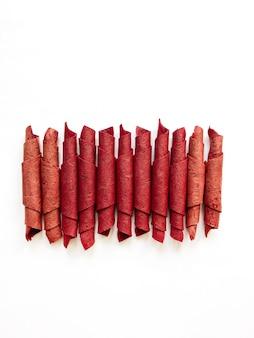 Rouleaux de cuir de fruits rouges isolés sur blanc