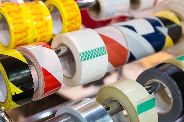 Rouleaux de différents scotchs d'emballage dans la boutique close up