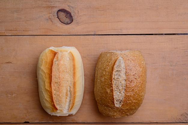 Rouleaux français. pains brésiliens sur table en bois.