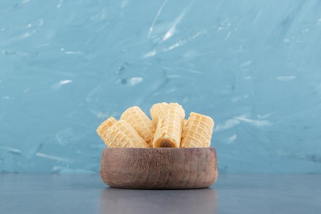 Rouleaux de gaufres savoureux dans un bol en bois.