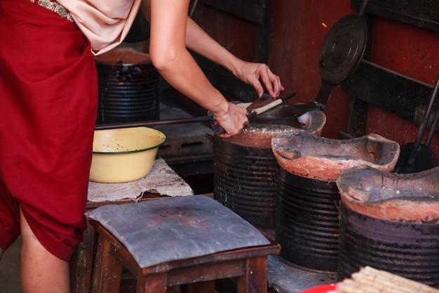 Rouleaux de gaufrettes croustillants à la noix de coco thaïlandais semblables à de la pirouline