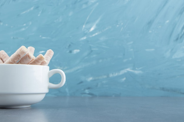 Rouleaux de gaufrettes savoureux dans un bol blanc.