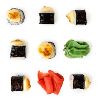 Rouleaux, gingembre, wasabi, baguettes pour sushi isolés