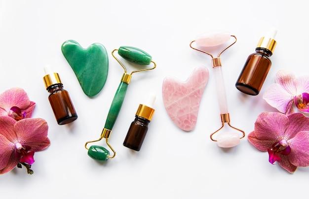 Rouleaux de jade de massage du visage sur tableau blanc