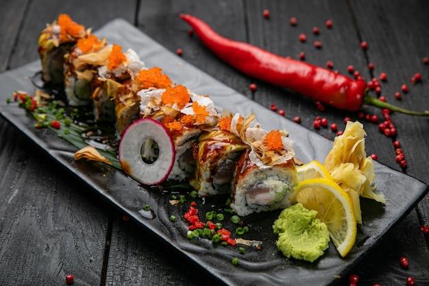 Rouleaux japonais au saumon et thon sur une table en bois