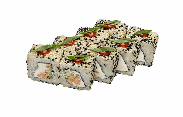 Rouleaux japonais frais traditionnels (maki, sushi) aux graines de sésame sur fond blanc.