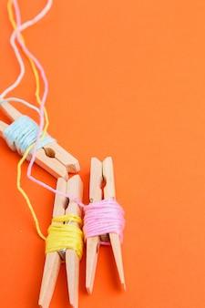 Rouleaux de laine multicolore sur orange