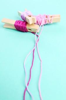 Rouleaux de laine rose sur vert