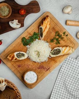 Rouleaux de légumes servis avec du riz