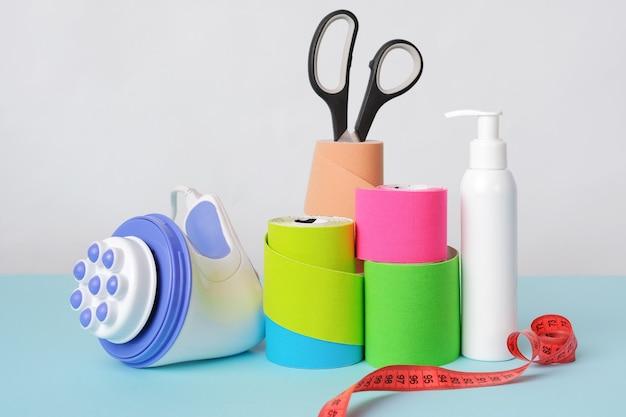 Rouleaux de massage à main de ciseaux à ruban kinésiologique et bouteille antiseptique