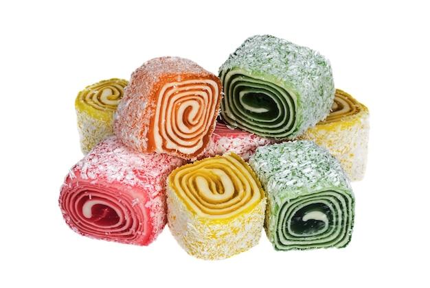 Rouleaux multicolores de rahat-lokum fruité