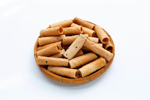 Rouleaux De Noix De Coco Croustillants Thaïlandais Au Sésame Dans Un Panier En Bambou Sur Fond Blanc. Photo Premium
