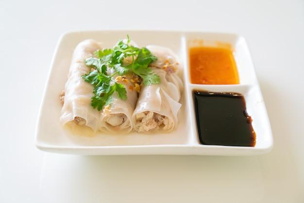 Rouleaux de nouilles de riz cuit à la vapeur chinois au crabe - style de cuisine asiatique