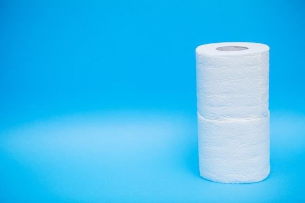 Rouleaux de papier toilette blanc sur fond bleu