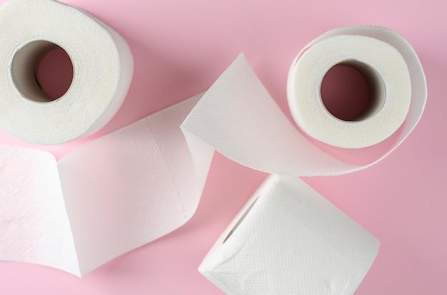 Rouleaux de papier toilette blanc sur rose pastel
