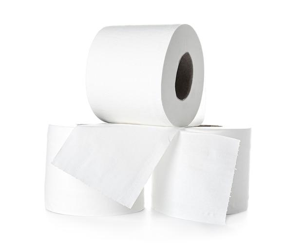 Rouleaux de papier toilette sur blanc