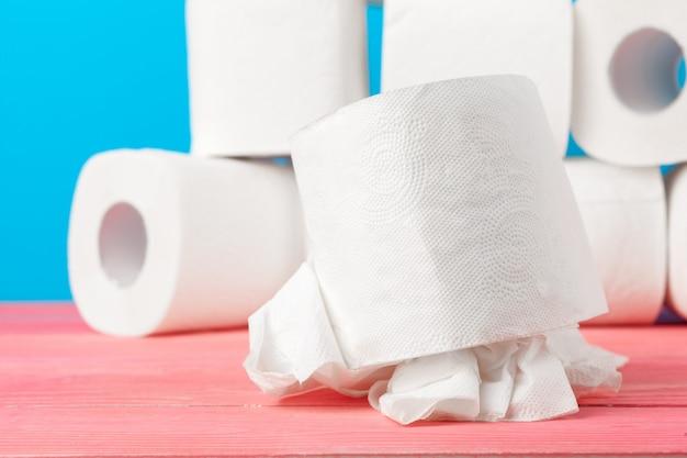Rouleaux de papier toilette empilés contre le bleu