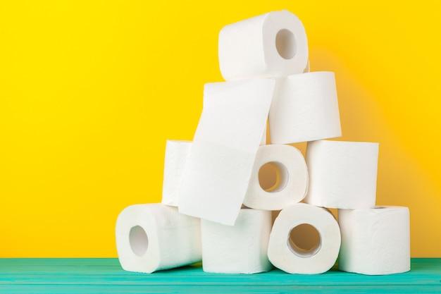 Rouleaux de papier toilette empilés