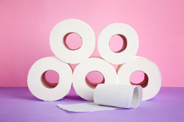 Rouleaux de papier toilette sur fond de couleur
