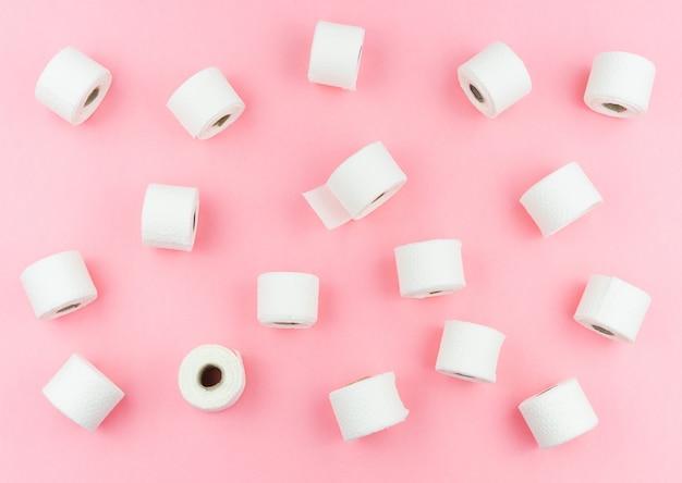 Rouleaux de papier toilette sur fond rose concept covid-19. coronavirus.