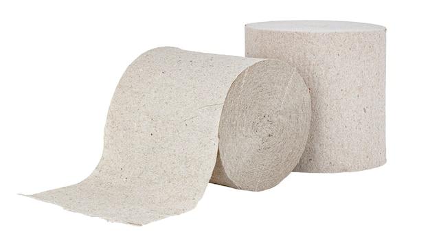 Rouleaux de papier toilette gris bon marché isolé sur fond blanc