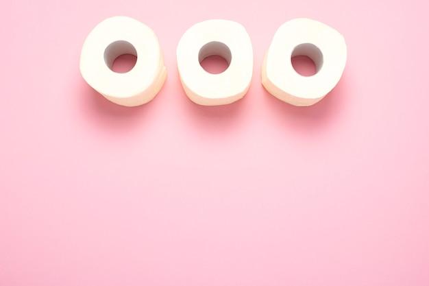Rouleaux de papier toilette sur un rose