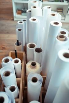 Rouleaux de papier. vue de dessus des rouleaux de papier pour la fabrication de livres debout dans la boîte en bois