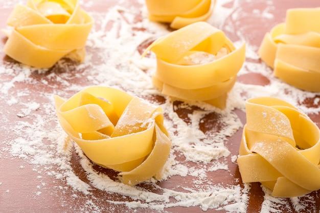Rouleaux de pâtes à la farine