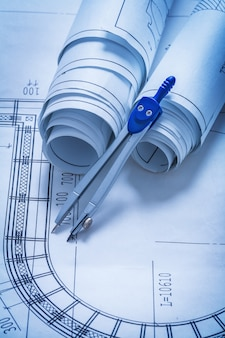Rouleaux de plans et concept de construction de boussole de dessin