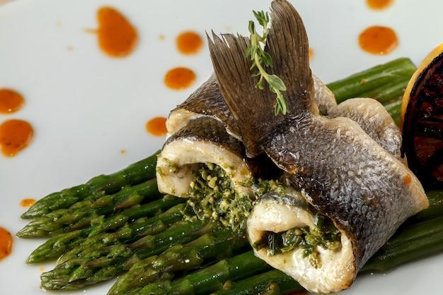 Rouleaux de poisson blanc au four avec sauce à l'asperge