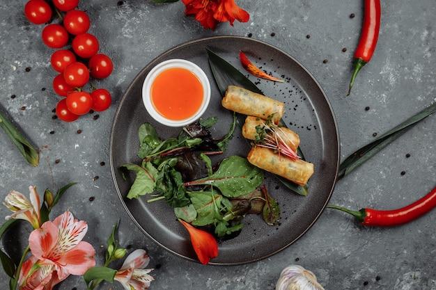 Rouleaux De Printemps Aux Crevettes Avec Sauce Chili Douce. Cuisine Asiatique. Photo Premium