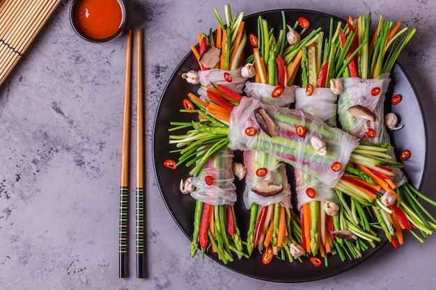 Rouleaux de printemps aux légumes et champignons shiitake sur une assiette
