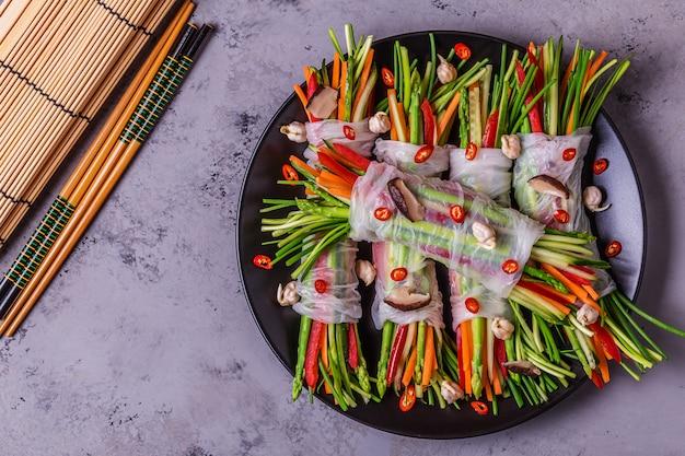 Rouleaux de printemps aux légumes et champignons shiitake sur une assiette.