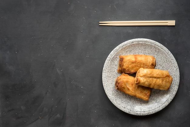 Rouleaux de printemps chinois traditionnels frits
