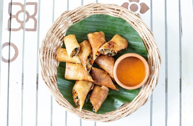 Rouleaux de printemps frits. nourriture populaire des thaïlandais