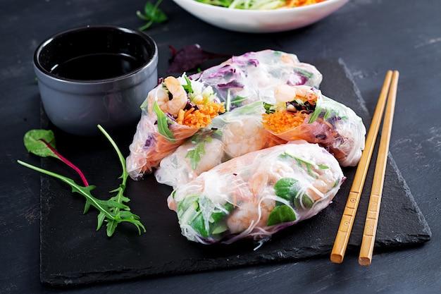 Rouleaux de printemps végétariens vietnamiens aux crevettes épicées, crevettes roses, carottes, concombre, chou rouge et nouilles au riz.