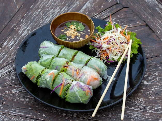 Rouleaux de printemps vietnamiens frais sur une assiette avec salade