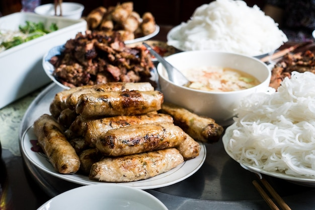 Rouleaux de printemps vietnamiens sur une table