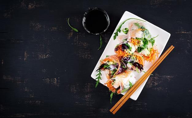 Rouleaux de printemps vietnamiens végétariens avec crevettes épicées, crevettes, carottes, concombre, chou rouge et nouilles de riz.