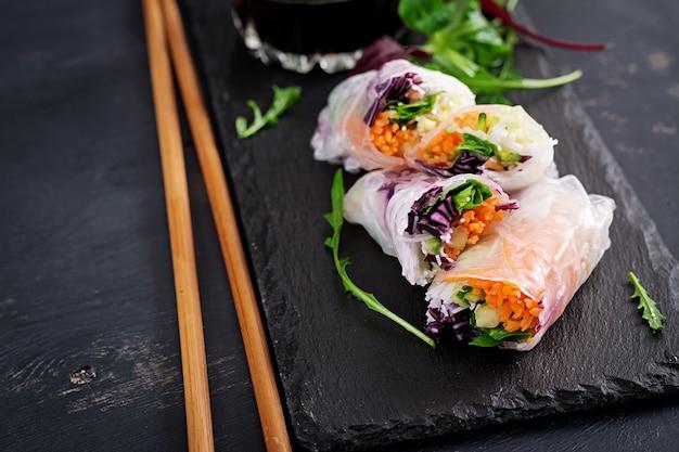 Rouleaux de printemps vietnamiens végétariens avec sauce épicée, carotte, concombre, chou rouge et nouilles de riz.